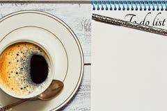 要做名单的检查,当咖啡休息时 免版税库存图片