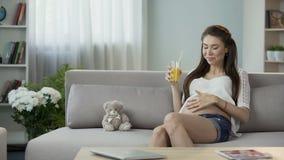 要做妈妈的人饮用的汁液,健康吃和营养在怀孕维生素 股票录像