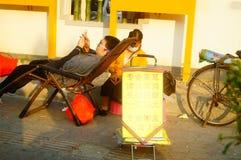 要做干净的耳朵的街道的中国少妇,每充电15元 免版税库存照片