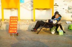 要做干净的耳朵的街道的中国少妇,每充电15元 免版税图库摄影