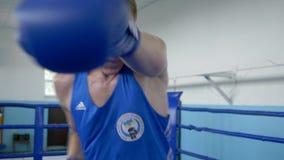 要做强的拳打的战斗机男性训练在圆环的冠军前在体育俱乐部,敲打拳头秘密审议特写镜头 股票视频