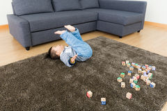 要做翻筋斗的亚洲男婴尝试 免版税图库摄影