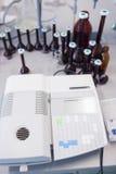 要分析血液的机器的特写镜头 库存图片