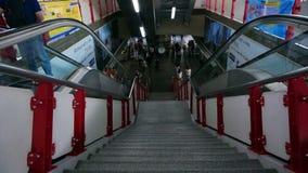 主要台阶和自动扶梯在泰国驻地与BTS天空火车乘客 最大的运输6月 股票录像
