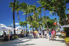 主要在博拉凯海岛philipp的海滩繁忙的商店餐馆街道 库存照片