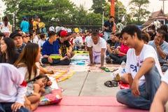 主要天仪式的参加者在能Khong Khuen -在Wai Kroo仪式期间的精神财产的在轰隆Pra修道院 免版税库存照片