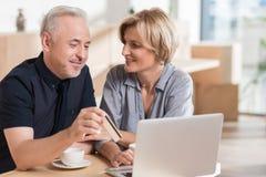 要富感情的夫妇在网上买某事和支付 免版税库存照片