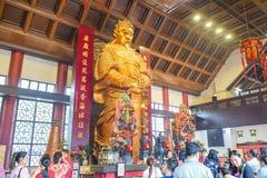 要崇拜Che Kung司令员雕象的游人和香客在沙田车公庙寺庙在香港 免版税图库摄影