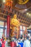 要崇拜Che Kung司令员雕象的游人和香客在沙田车公庙寺庙在香港 免版税库存图片