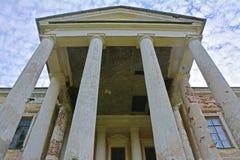 主要房子的门户和专栏Znamenskoye-Rayok庄园(18世纪)在Torzhok区 免版税图库摄影