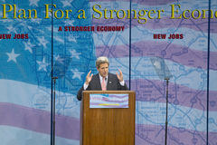 主要施政报告指挥台的约翰・克里在经济的, CSU-多米格斯小山,洛杉矶,加州参议员 免版税库存照片