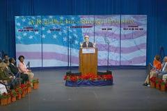 主要施政报告指挥台的约翰・克里在经济的, CSU-多米格斯小山,洛杉矶,加州参议员 库存照片