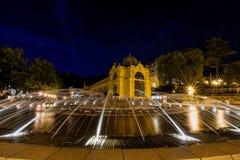 主要柱廊和唱歌喷泉在晚上- Marianske Lazne -捷克 免版税库存照片