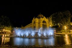 主要柱廊和唱歌喷泉在晚上- Marianske Lazne -捷克 库存照片