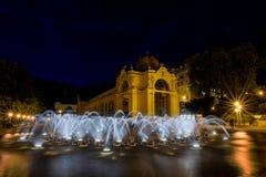 主要柱廊和唱歌喷泉在晚上- Marianske Lazne -捷克 库存图片
