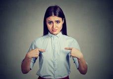 要求恼怒的懊恼的妇女您谈话与我,您意味我? 免版税库存图片