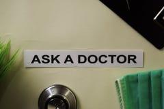 要求有启发和医疗保健/医疗概念的一位医生在书桌背景 库存照片