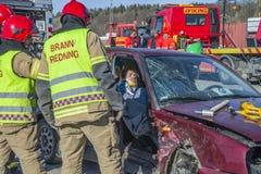 火灾及援救服务打破损坏的汽车,照片32 库存照片