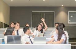 要求老师的逗人喜爱的青少年的学生培养手 免版税库存图片