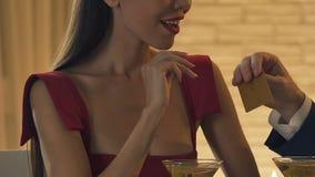要求被损坏的妇女从更老的恋人,孜孜求利,特写镜头的金黄卡片 股票视频