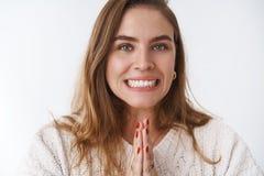 要求Clse-up迷人的吸引人逗人喜爱的欢乐的妇女朋友抢救包庇工作,握手祈祷微笑 免版税库存图片