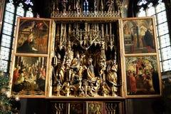 主要法坛在圣的沃尔夫冈教区教堂里在奥地利 免版税库存照片