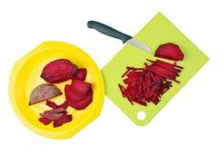 要烹调一棵鲜美蔬菜汤甜菜一定是切得很细的入 图库摄影