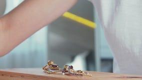 主要珠宝商做别针手工制造装饰人为石头 股票视频