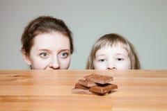 要的少妇吃牛奶巧克力 图库摄影