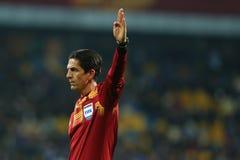 主要裁判员Deniz Aytekin举起手, UEFA欧罗巴16秒腿比赛同盟回合在发电机之间和埃弗顿 库存图片