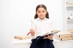 要运用新的学校节目 女孩拿着正在寻找志愿者的垫笔 女小学生学习包括社交 库存图片