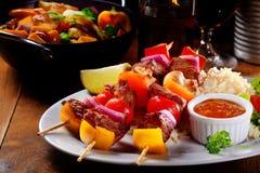 主要进入概念-在米的Kebabs用调味汁 免版税库存照片