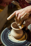 主要陶瓷工从黏土做一个水罐 库存照片