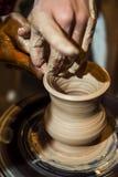主要陶瓷工从黏土做一个水罐 免版税库存图片