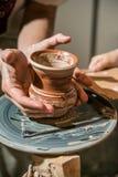 主要陶瓷工从黏土做一个水罐 库存图片