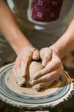 主要陶瓷工从黏土做一个水罐 免版税库存照片
