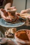 主要陶瓷工从黏土做一个水罐 免版税图库摄影