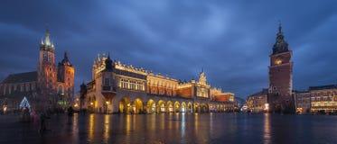 主要集市广场在黄昏的克拉科夫 免版税库存图片