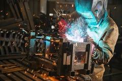 主要戴着做焊接工厂的面具 免版税库存照片