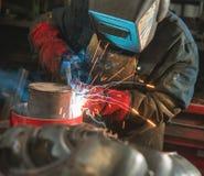 主要戴着做焊接工厂的面具 免版税图库摄影