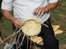 主要strawbedder线,当与手一起使用一件柳条礼服时 库存图片