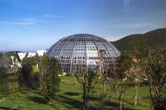 覆以圆顶植物园的大厦由玻璃和金属制成  免版税库存图片