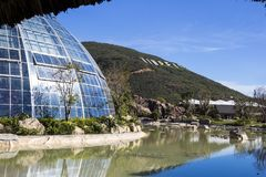 覆以圆顶植物园的大厦由玻璃和金属制成  图库摄影