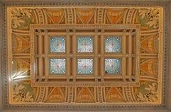 覆以圆顶被弄脏的玻璃图书馆 免版税图库摄影