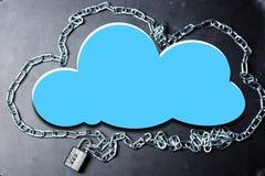 覆盖与链子的计算的安全数据库网络概念并且挂锁在黑暗的背景 免版税库存照片