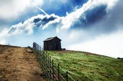 覆盖农厂草横向草甸本质天空视图 库存照片