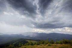 覆盖在风暴的山 免版税库存照片