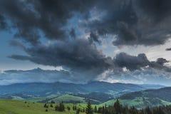 覆盖在风暴的山 库存图片
