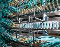 覆盖在datadenter的互联网opitcal纤维连接 库存图片