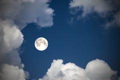 覆盖天空和月亮,一张美妙的拼贴画 免版税库存照片